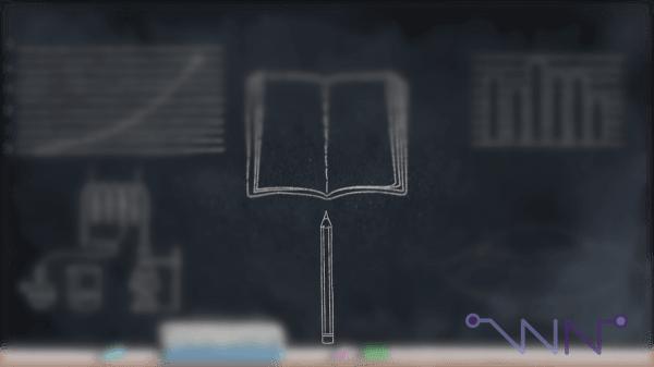 Focalisation sur le crayon qui petit à petit inclue le cahier et le tableau